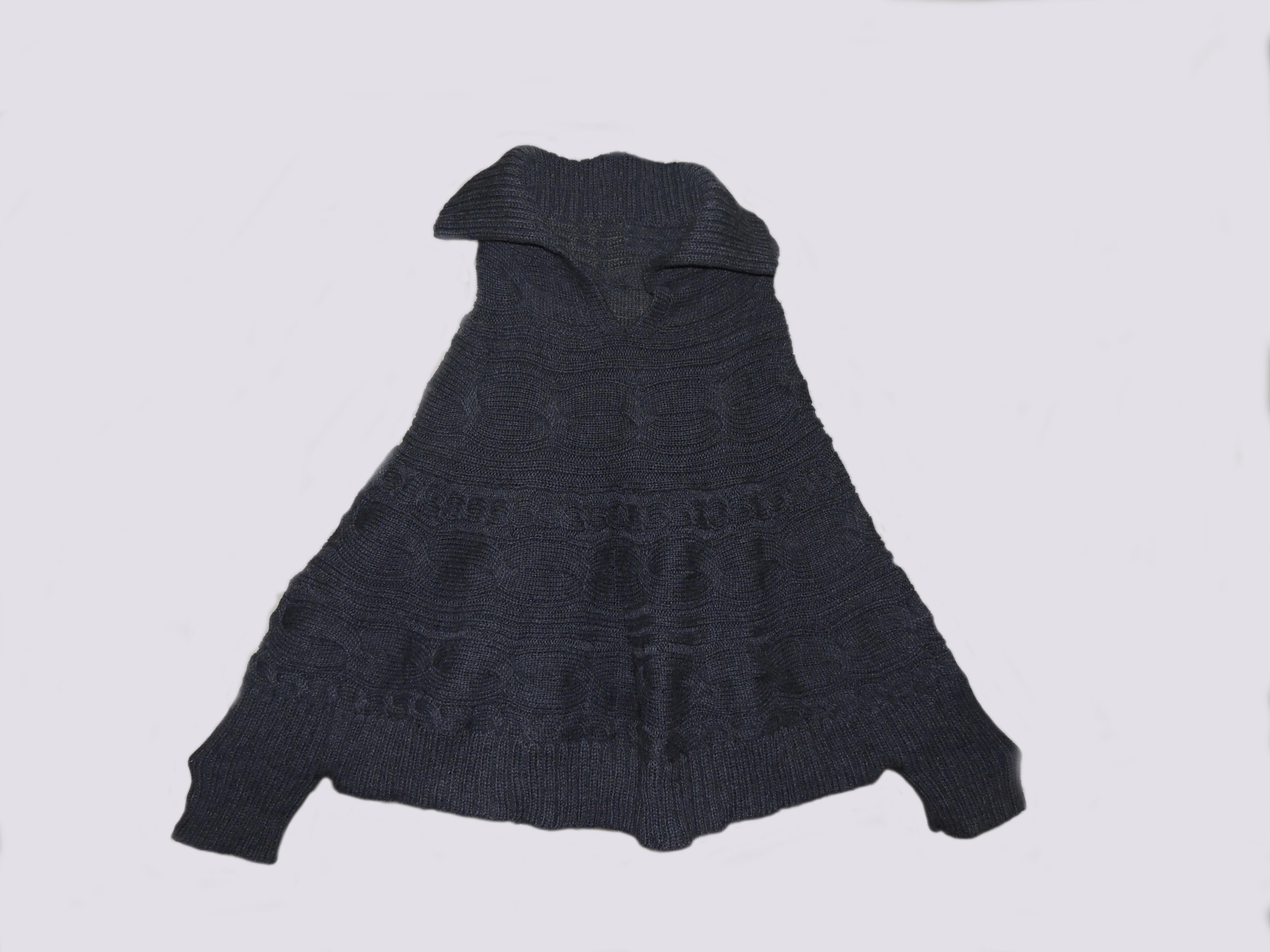 Korte poncho met omslag kraag , sluit met rits , uitgevoerd met mouwen