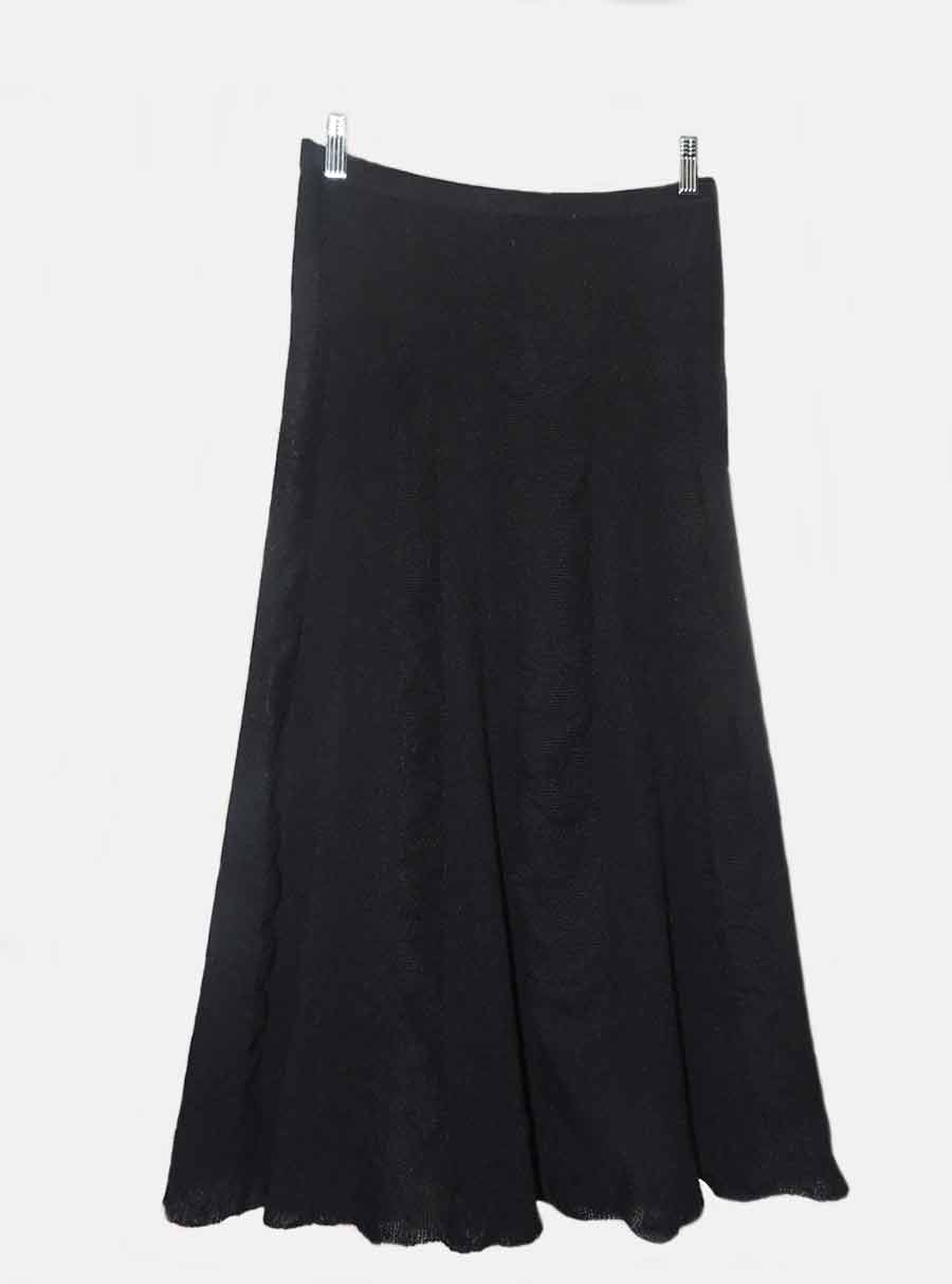 Fine knitted skirt black in 100% baby alpaca with fine knitted pattern.