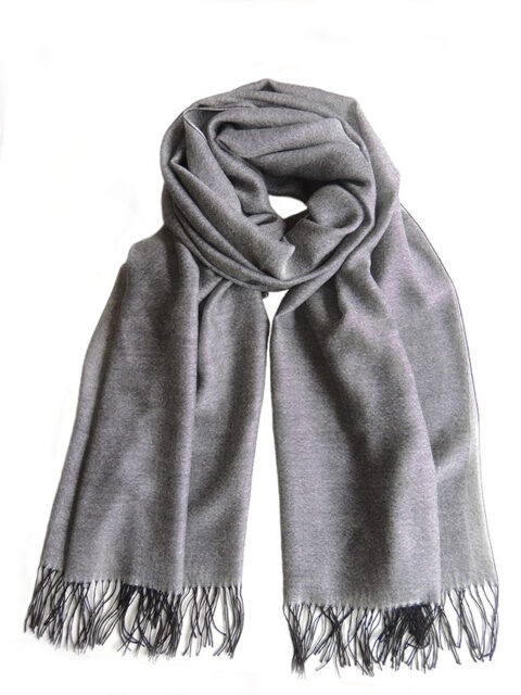 Fine woven scarf with a pattern in gray and black with fringes, made in a blend of baby alpaca and silk.