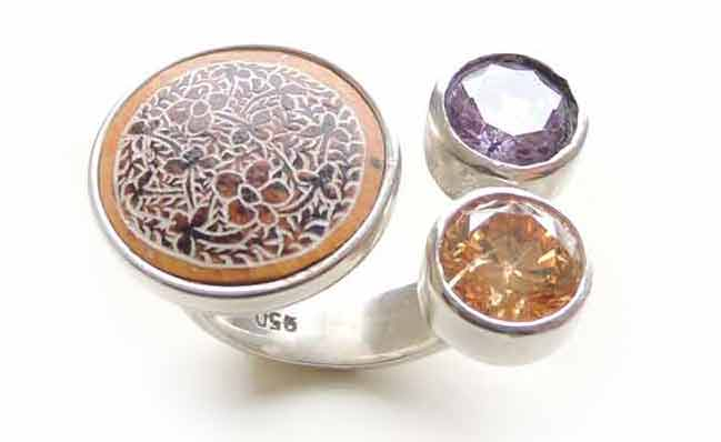PFL Premium open silhouette ring of silver 950 with two stones in bright colors and the opposite a hand engraved design in dried gourd