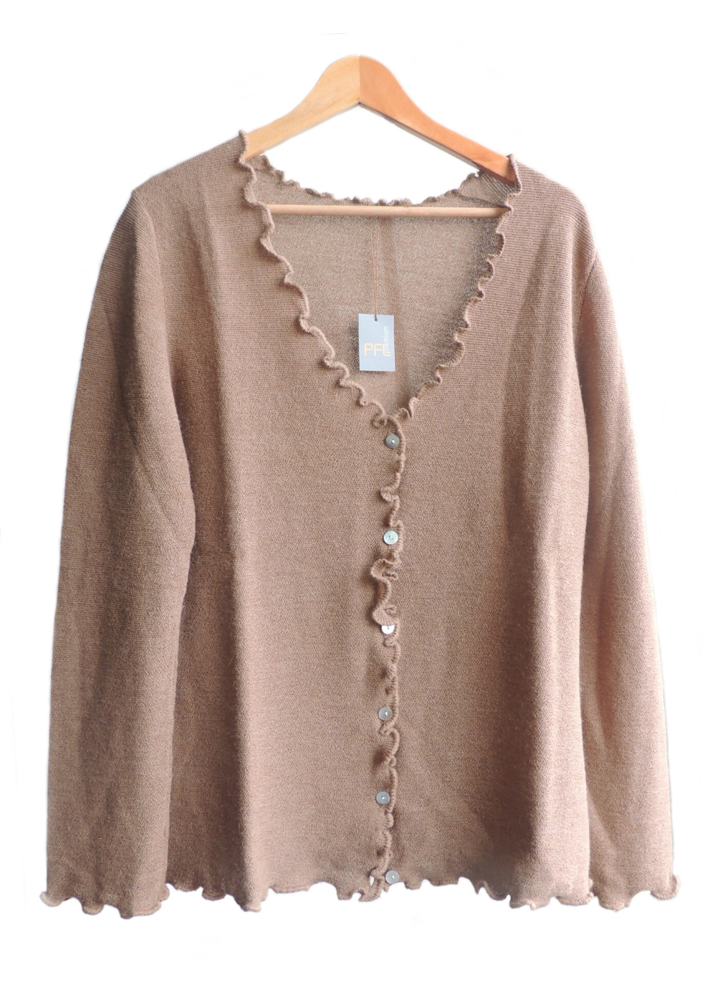 Women's fashion, short cardigan beige, in ultra soft baby alpaca, equipped with V-neck, button closure and long sleeves.