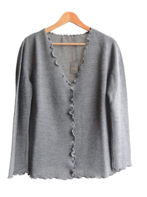Women's fashion, short cardigan grey, in ultra soft baby alpaca, equipped with V-neck, button closure and long sleeves.