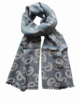 Scarf denim blue / grey with paisley pattern and short fringes in a blend of baby alpaca and silk.