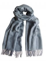 Fine woven scarf with a pattern in blue and grey with fringes, made in a blend of baby alpaca and silk.