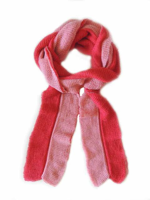 Scarf soft and comfortable, in two colors, red-pink, implemented in three layers of fine knitted baby alpaca and silk.