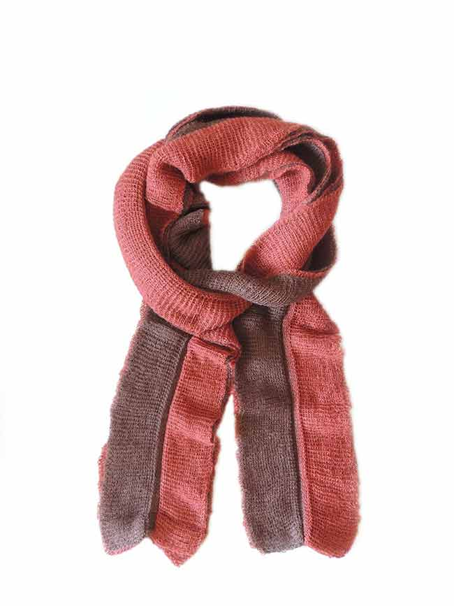 Scarf soft and comfortable, in two colors, brown-red, implemented in three layers of fine knitted baby alpaca and silk.